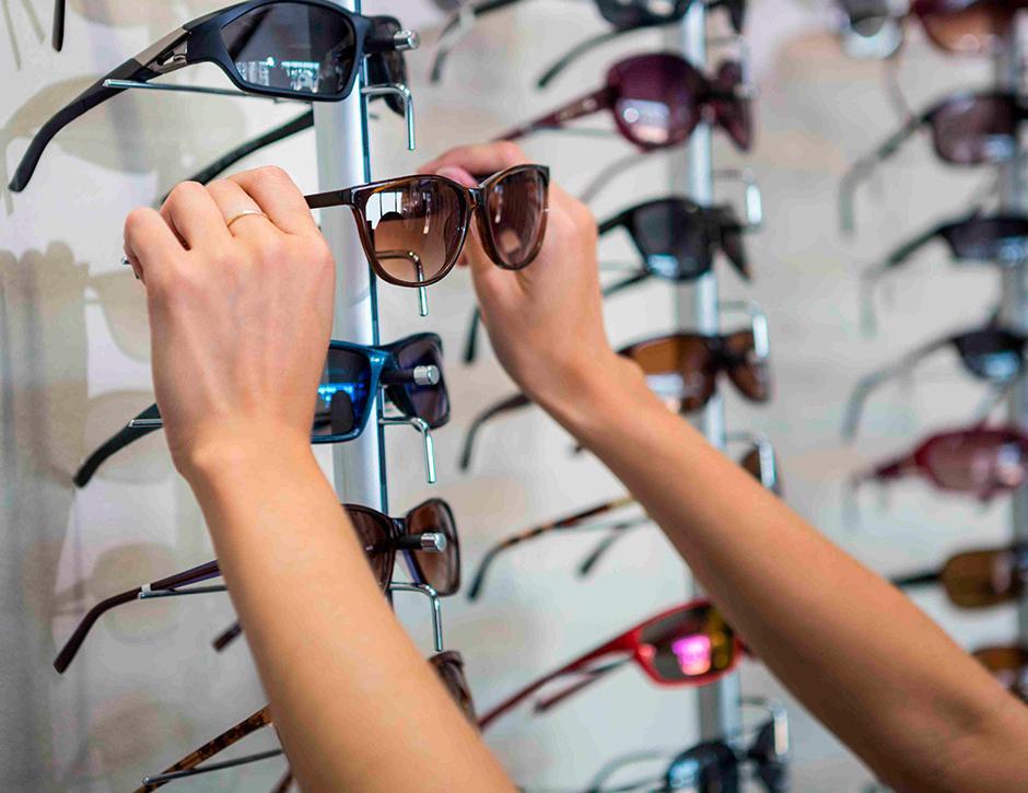 Tanto os óculos de sol quanto os óculos de grau fazem extremamente mal para  a sua saúde dos seus olhos. 98dad1ed81
