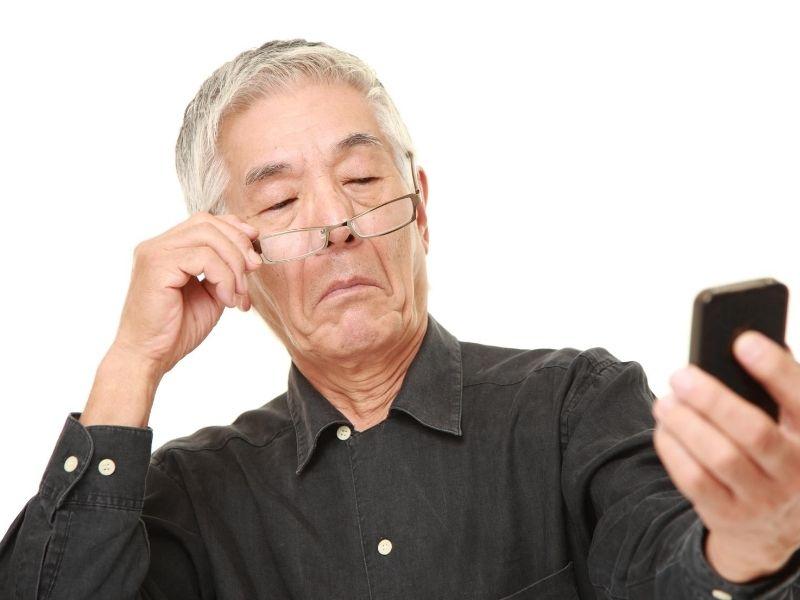 Homem com celular na mão  Descrição gerada automaticamente