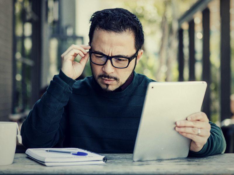 Homem sentado em frente a computador  Descrição gerada automaticamente