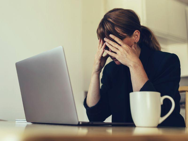 Uma imagem contendo pessoa, no interior, mulher, mesa  Descrição gerada automaticamente