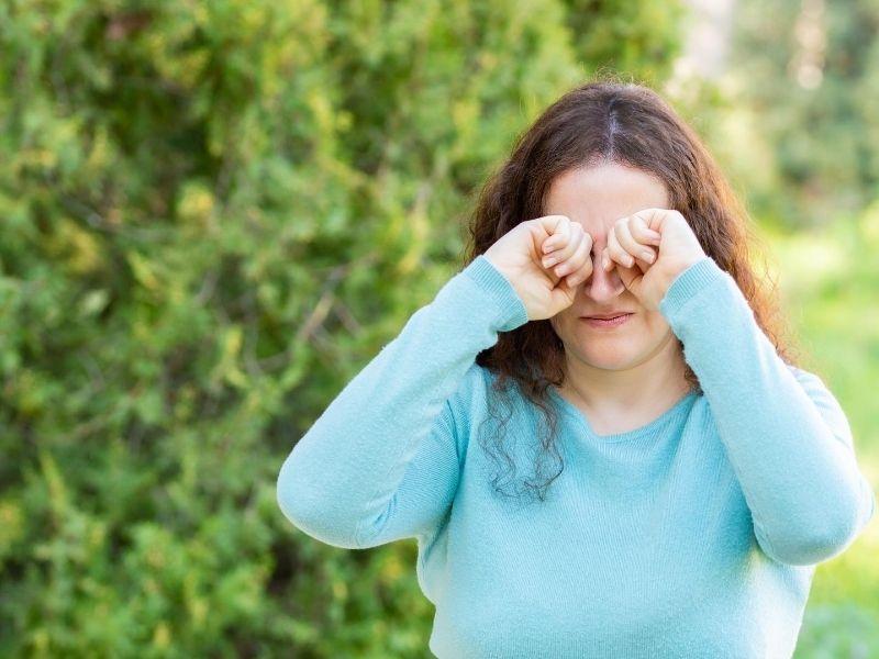 Uma imagem contendo ao ar livre, pessoa, grama, mulher  Descrição gerada automaticamente
